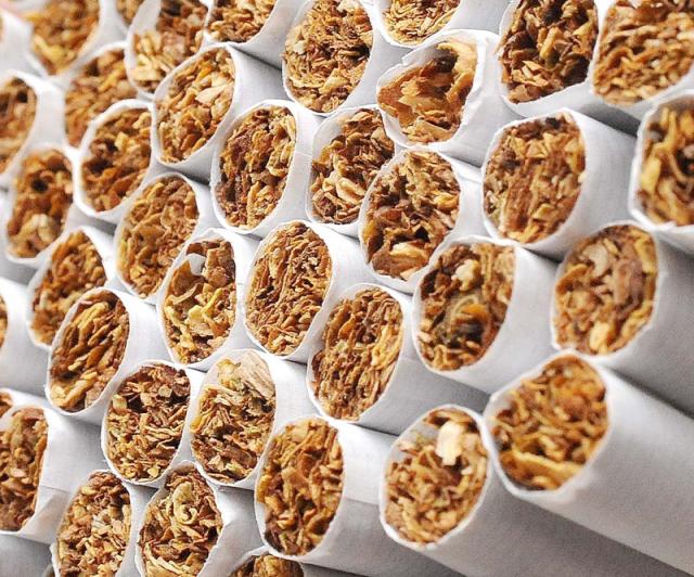 tütün dolu sigara filtreleri